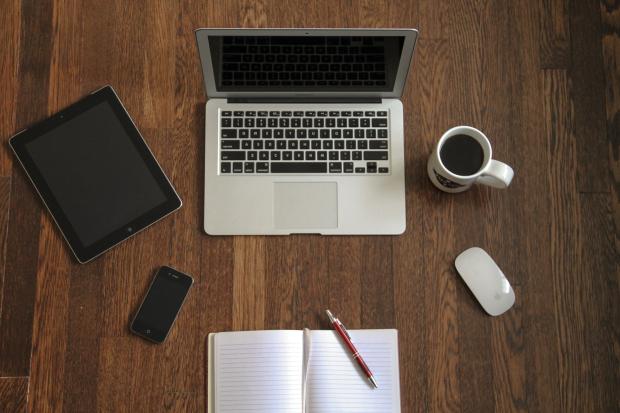 laptop-devices-wooden-desk
